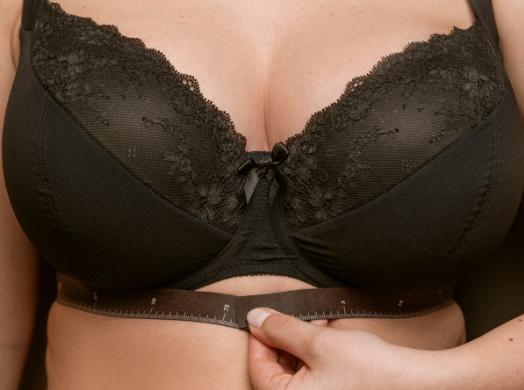 Míra pod prsy